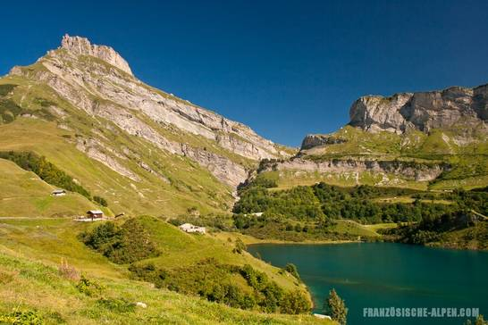 Blick über einen Teil des Lac de Roselend in Richtung des Alpenpasses Cormet de Roselend