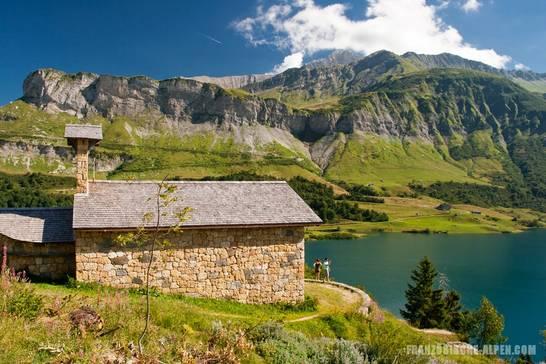Kleine Kapelle am Ufer des Lac de Roselend