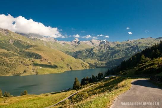 Blick von der Straße vom Lac de Roselend hinauf zum Col du Pré auf den südlichen Teil des Stausees